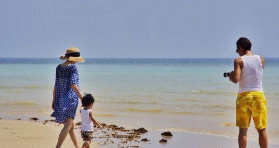 照片中,一家三口在海边度假,孙俪更挺着大肚子牵着等等在海边踏浪